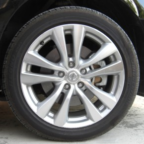 Front_tire_and_wheel_of_NISSAN_FUGA